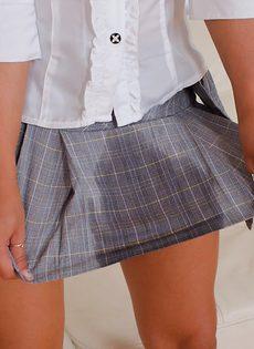 Красотка Натали писает в юбку и становится полностью мокрой - фото #