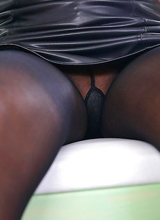Азиатская красотка с длинными ногами PussyKat принимает участие в фут фетиш сцене - фото #