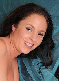 Зрелые женщина Тамара Фокс с большими сиськами раздевается догола - фото #