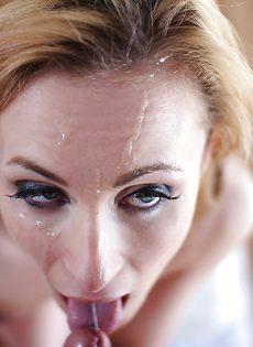 Худенькая Кэти Мари с аккуратной попкой трахается в позе по-собачьи - фото #