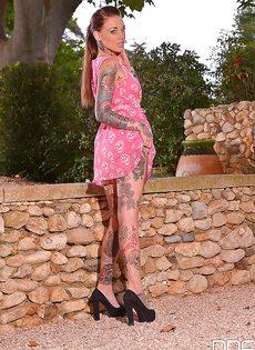 Татуированная сучка зажигает с вибратором - фото #
