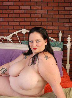 Жирная зрелая телка раздевается перед камерой и мастурбирует - фото #