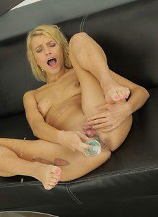 Блондинка Карина мастурбирует киску и писает на пол в экстазе - фото #