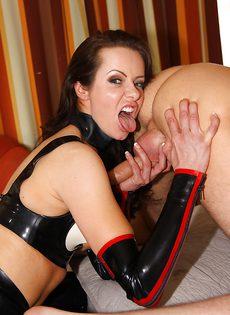 Покорный раб ебет свою госпожу - фото #
