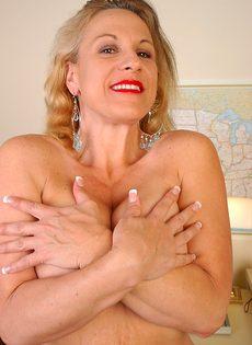 Сочная бабушка растягивает гладно выбритую розовую письку - фото #