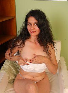 Кудрявая бабуся Кармен показывает сочную задницу - фото #
