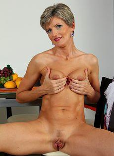 Зрелая женщина Мелани хочет показать ее розовую киску крупным планом - фото #