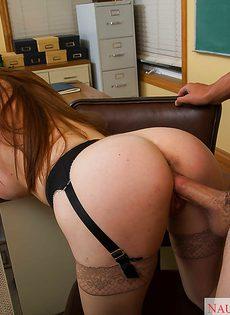 Сексуальная училка в очках и чулках делает минет и трахается в классе - фото #