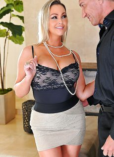 Сексуальная мамка Эбби Брукс трахается между грудей и в сочную вагину - фото #