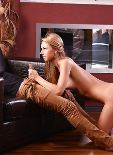 Длинноволосая минетчица Эбби стоит на коленках и сосет члена - фото #