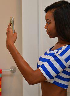 Любительское селфи чернокожей Нади, которая раздевается в ванной - фото #