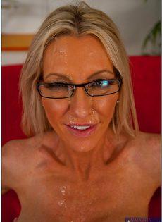 Зрелая женщина в очках (Emma Starr) сосет и трахает огромный член - фото #