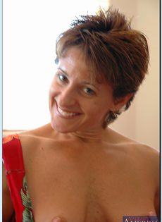 Женщина в возрасте не носит трусики под платьем - фото #