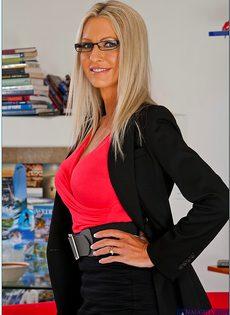 Секс фото Эммы Старр (Emma Starr) в очках и сексуальном нижнем белье - фото #1