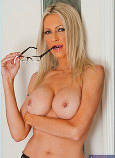 Секс фото Эммы Старр (Emma Starr) в очках и сексуальном нижнем белье - фото #
