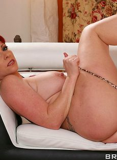 Зрелые мадам с большими сиськами раздевается и позирует голой - фото #