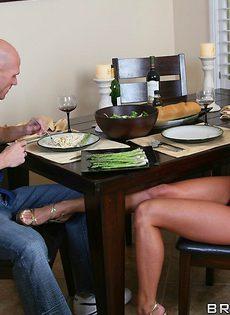 Голодная жена совращает мужа во время семейного ужина - фото #