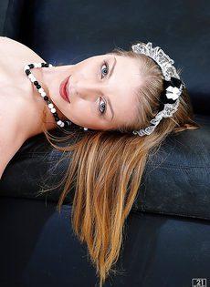 Милая красотка на высоких каблуках дразнит пиздой из-под юбки - фото #