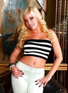 Сладкая блондинка Бритни Эмбер раздевается и ласкает сочную пизду - фото #