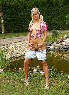 Беззастенчивая красотка расщеперила половые губки - фото #
