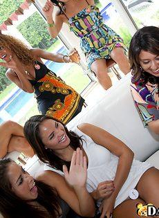 На девичнике Мачо с длинным членом раздает минеты и кончает девчонкам на сиськи - фото #