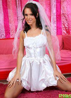 Голая невеста раздвигает ножки - фото #