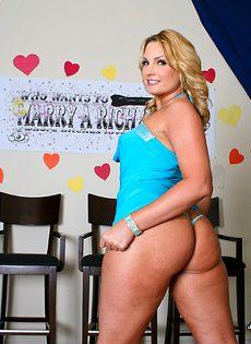 Упитанная порнозвезда Flower Tucci обнажает большие сиськи и сочные ягодицы - фото #