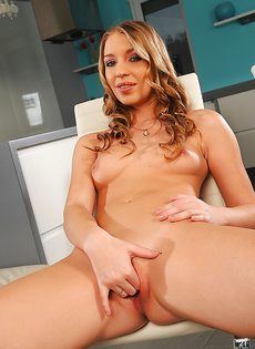 Сексуально озабоченная дама дрочит гладко выбритое влажное отверстие - фото #