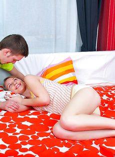 Любвеобильная девушка с маленькими сиськами делает минет и трахается - фото #