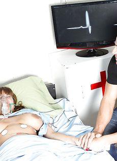 Медсестра сняла сексуальное напряжение у опечаленного мужчины - фото #1
