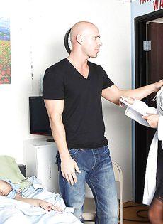 Медсестра сняла сексуальное напряжение у опечаленного мужчины - фото #2