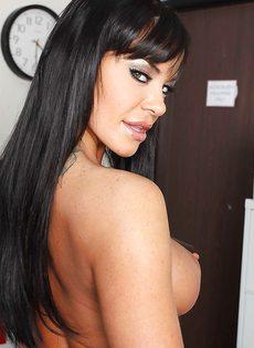 Сексуальная медсестра (Savannah Stern) раздевается и позирует голой - фото #