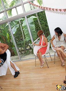 Девчонки отсасывают член у стриптизера - фото #