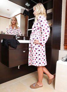 Потрясающая блондинка (Marry Queen) мастурбирует сочную киску - фото #