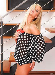 Симпатичная блондинка (Marry Queen) раздеваться и теребит свою киску - фото #