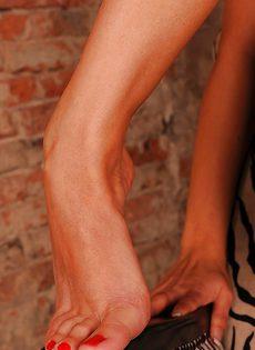 Фут-Фетиш красотка Синди Хоуп обнажила маленькую грудь и сладкую киску - фото #