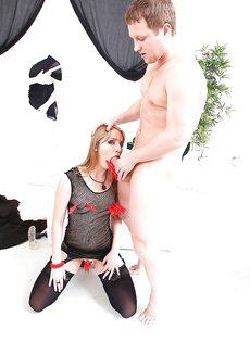 Мужики трахают девку во все щели - фото #