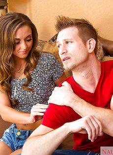 Хардкорный секс на диване с красивой девушкой в обтягивающей одежде - фото #