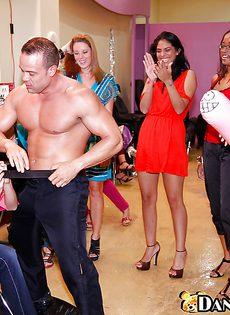 Сладкая вечеринка с кучей озабоченных женщин в обтягивающих джинсах - фото #
