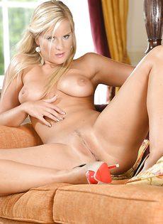 Секс фото красавицы ласкающей вагину пальцами - фото #13