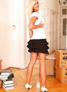 Грудастая европейская милашка Мэри Квин раздевается и раздвигает ноги - фото #