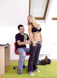 Молодая блондинка отсасывает у бойфренда и трахается с ним на полу - фото #