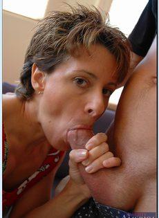 Зрелая шлюха Кори Гейтс с голодной киской соблазняет молодого парнишку - фото #