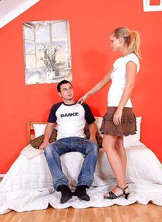 Секс молодой парочки в спальне - фото #