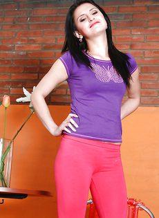 Смазливая латина Камила Сантьяго избавляется от ее спортивной экипировки - фото #