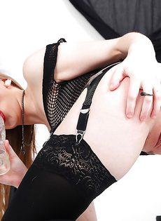 Сексапильная баба в сексуальном белье вставляет в очко большущий дилдо - фото #