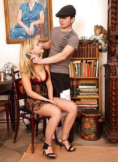 Прежде, чем ее трахнут в задницу, молодая блондинка делает минет - фото #
