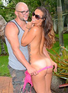 Секс фото молодой парочки в тропическом саду - фото #6