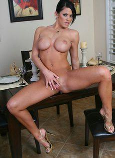 Порнозвезда с большими сиськами Саванна Стерн раздвигает половые губки - фото #