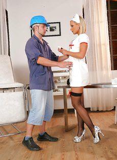 Грудастая медсестра трахается в попку с пациентом - фото #